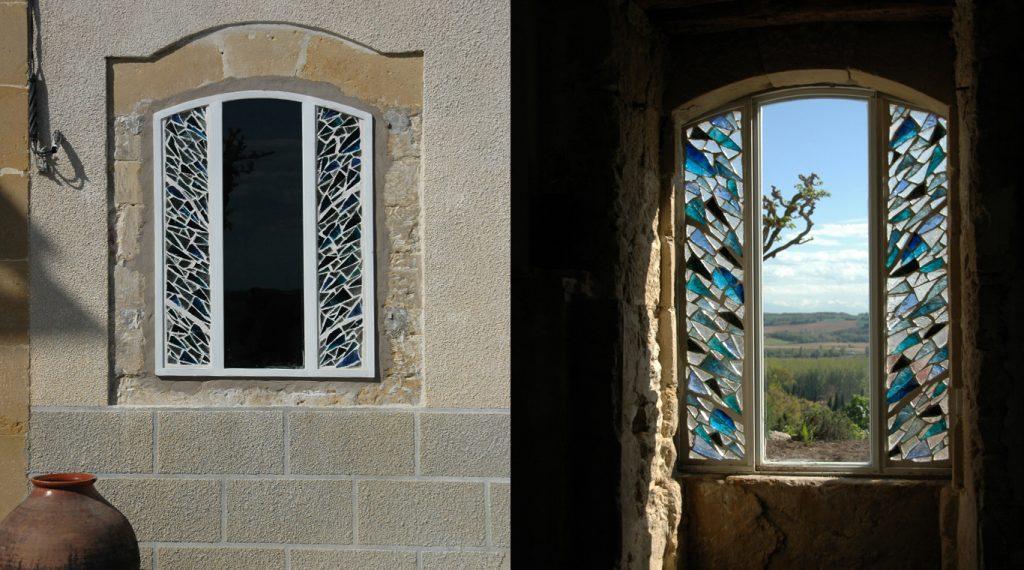 Vitrail en dalle de verre, bleu et blanc - maison privée dans l'Aude | Matthieu Gasc